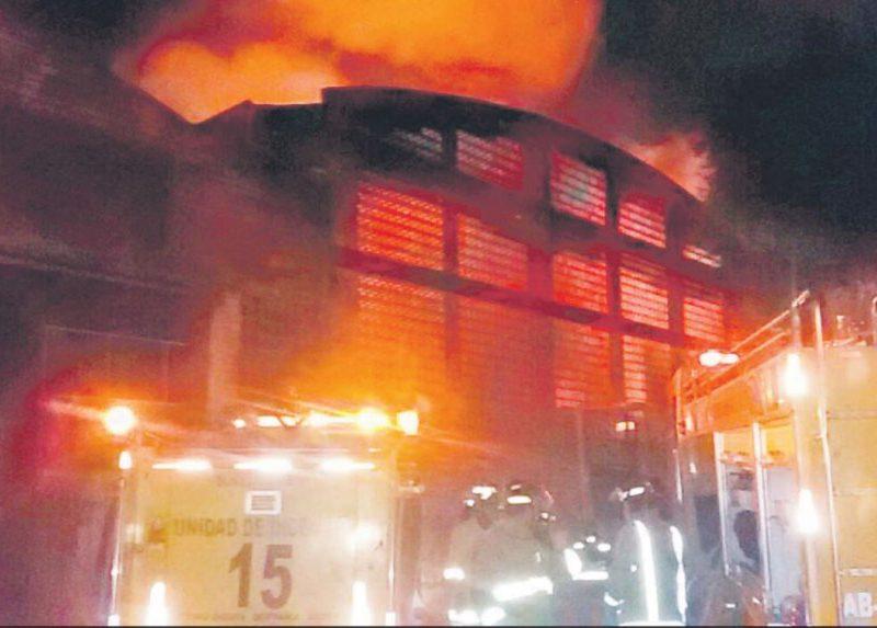 el-fuego-se-apodera-de-uno-de-los-depositos-de-copalsa-mientras-los-bomberos-luchan-denodadamente-por-apagar-el-incendio-_904_573_1363997